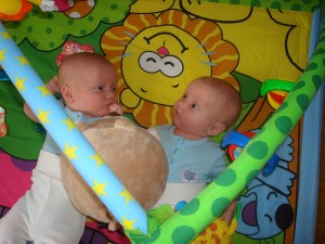 Boysen fick låna Idas babygym, Simon verkar hittat nått väldigt intressant.