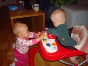 Andras leksaker är alltid olidligt spännande enligt Wilmer, andras barn är alltid olidligt spännande enligt Linnéa =)